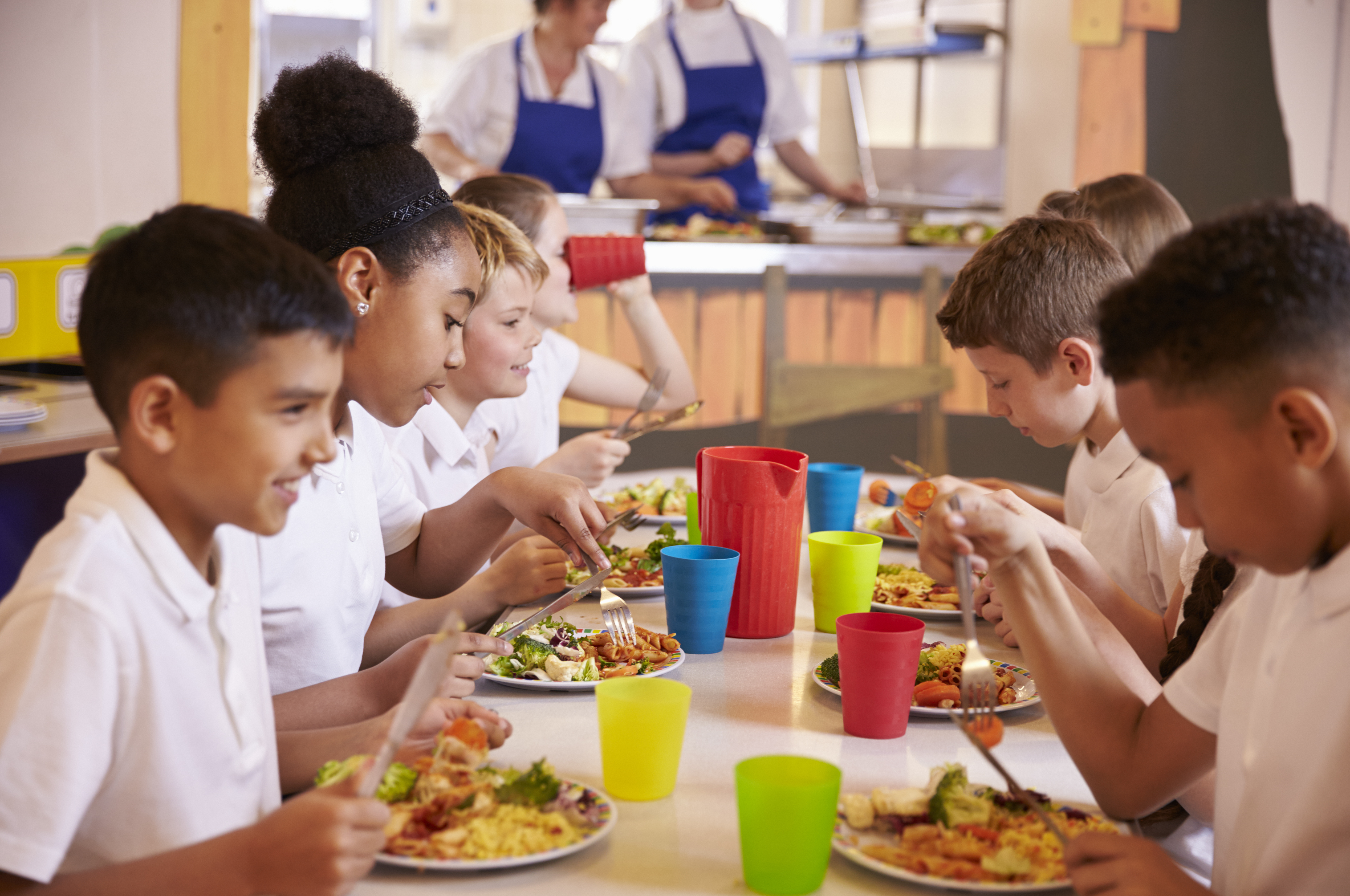 schoolkids eating